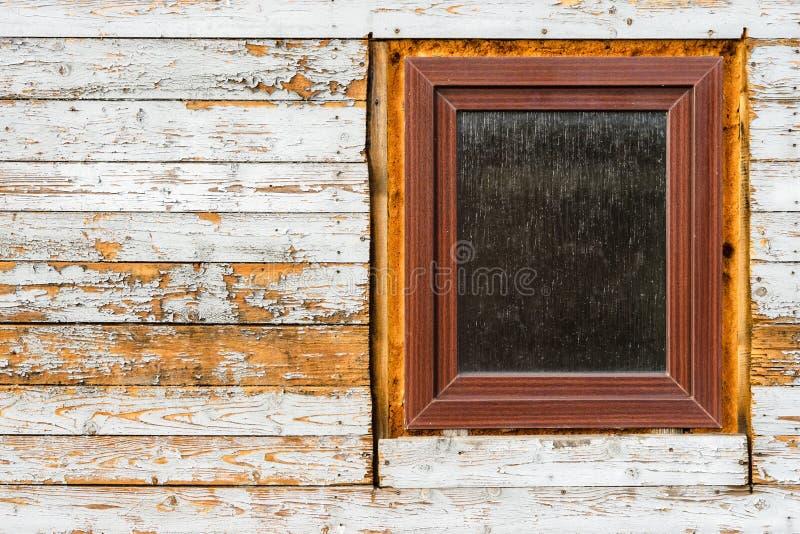 Vensters in oud blokhuis, pellende verf op houten planken worden geïnstalleerd, die textuur dragen die stock foto's