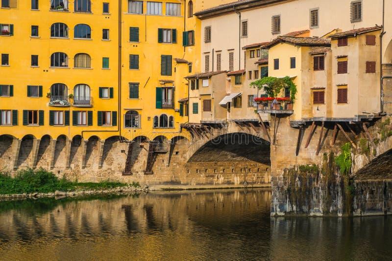 Vensters over de brug van Ponte Vechio in Florence stock fotografie