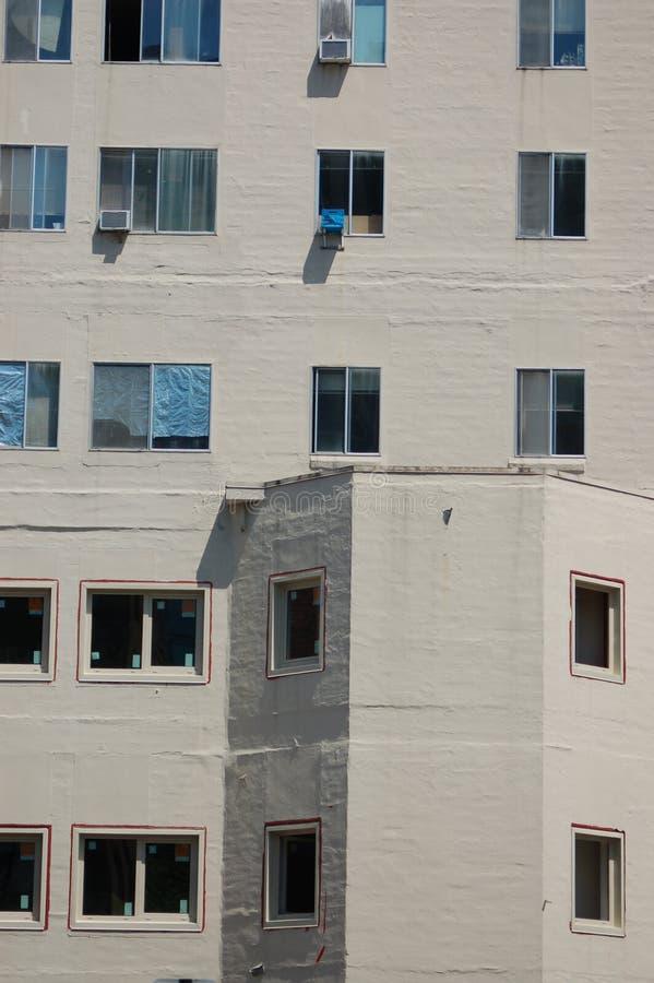 Vensters van een flatgebouwmuur in Portland, Oregon royalty-vrije stock afbeeldingen