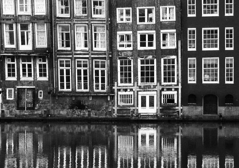 Vensters van een gebouw in Amsterdam royalty-vrije stock foto's