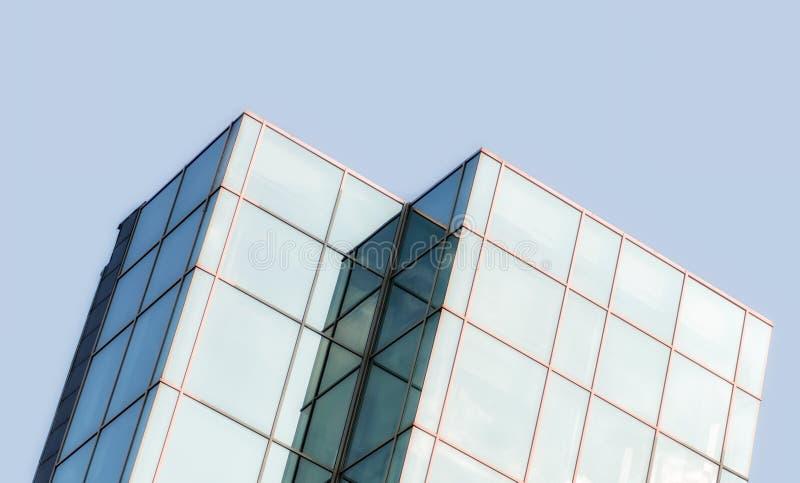 Vensters van een groot bureaugebouw van een wolkenkrabber zonder mensen met bezinning op hemel en wolken royalty-vrije stock afbeeldingen