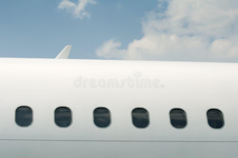 Vensters van een vliegtuig buiten royalty-vrije stock afbeelding