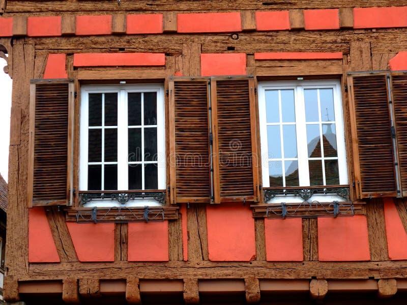 Vensters van typisch half betimmerd huis in de Elzas stock afbeeldingen