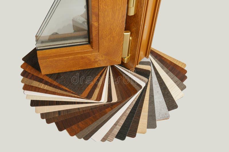 Vensterssectie met drievoudige verglazing en houten kader, het concept van de huisvernieuwing stock afbeeldingen