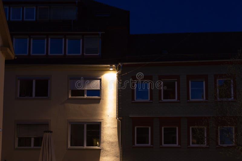 venstersvoorgevels bij blauw uur royalty-vrije stock foto's