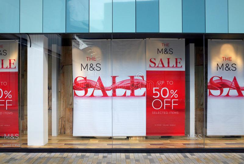 Venstervertoning die een Verkoop aankondigen in Tekens & Spencer Store in Engeland stock afbeelding