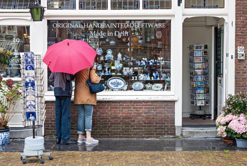 Venstervertoning van traditionele Nederlandse met de hand geschilderde aardewerkwinkel binnen royalty-vrije stock afbeelding