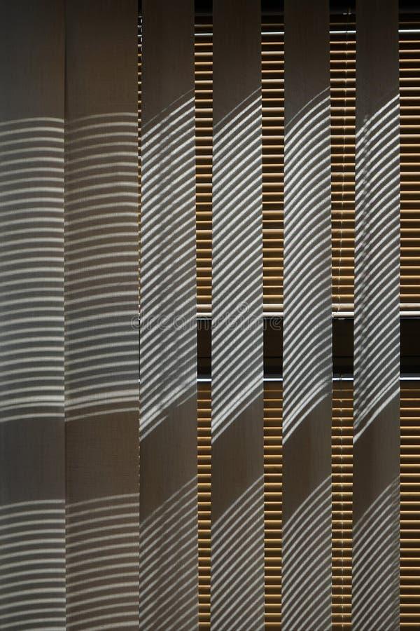 Vensterzonneblinden met lijnenschaduwen royalty-vrije stock fotografie