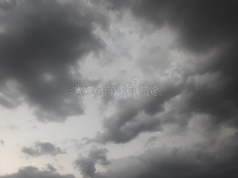 Vent de saison des pluies de ciel soufflant avec la pluie photo stock