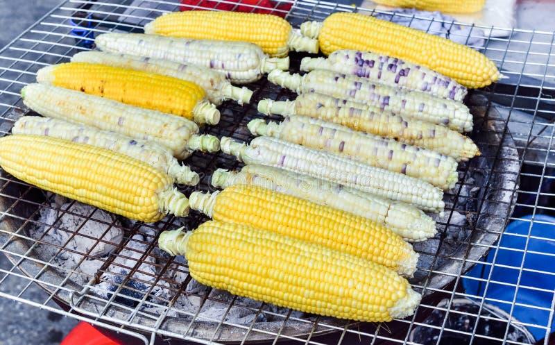 Venta asada a la parrilla orgánica del maíz en mercado callejero imagenes de archivo