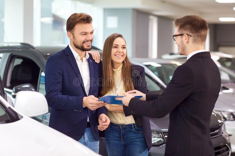 Venta, coches de alquiler Un concesionario de coches vende los coches a los clientes fotografía de archivo libre de regalías