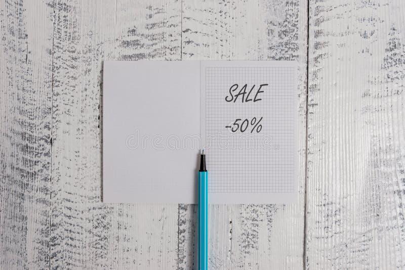 Venta conceptual de la demostración de la escritura de la mano el 50 por ciento Foto del negocio que muestra un precio del promo  imagen de archivo