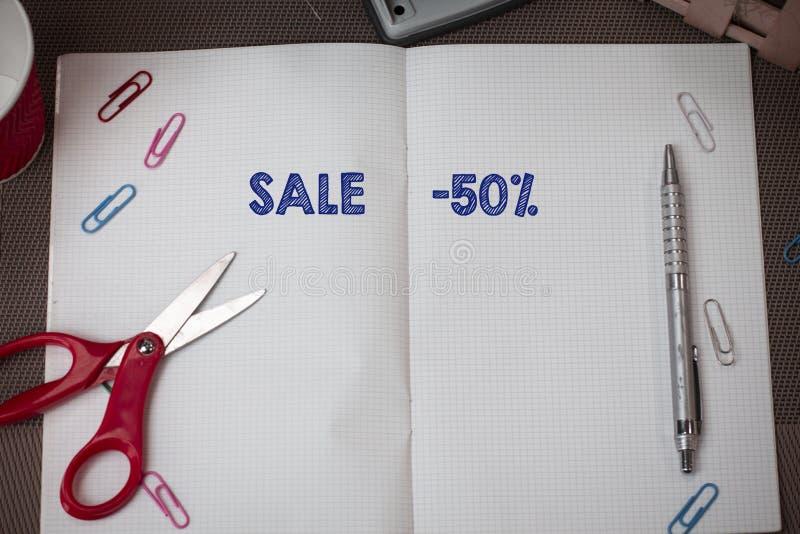 Venta conceptual de la demostración de la escritura de la mano el 50 por ciento Texto de la foto del negocio un precio del promo  foto de archivo libre de regalías