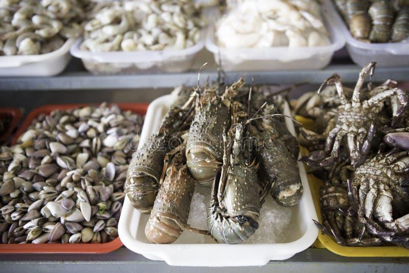Venta de almejas, de mejillones, de gambas, del pulpo y de otros mariscos frescos imagenes de archivo
