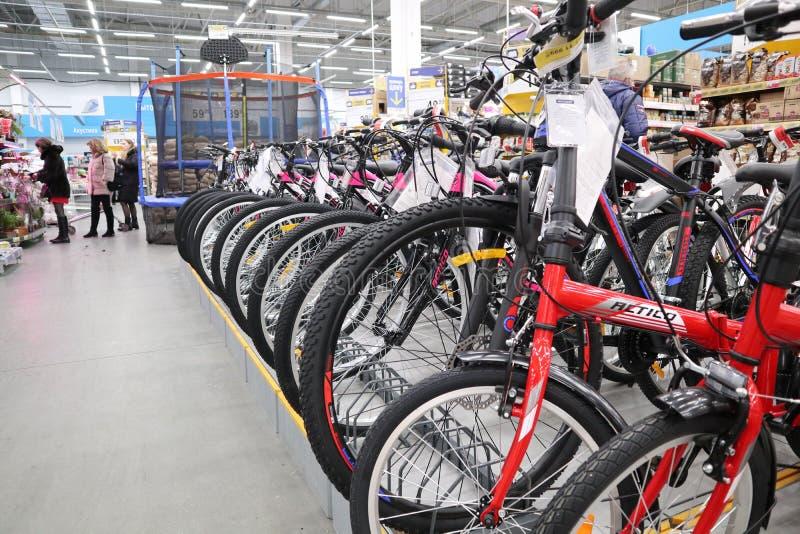 Venta de bicicletas en hipermercado foto de archivo libre de regalías
