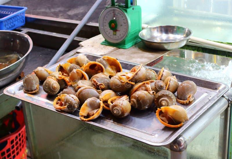 Venta de cáscaras en mercado callejero foto de archivo