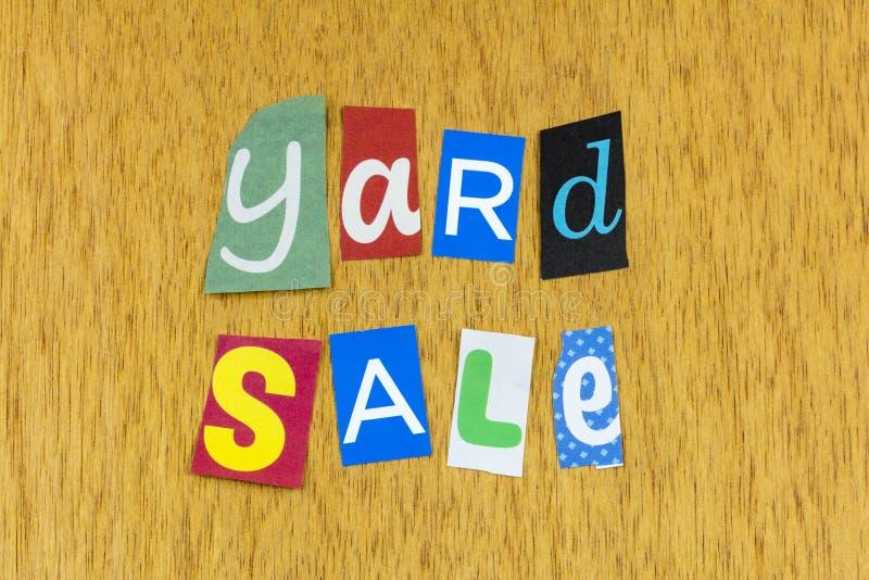 Venta de descuento de venta de garaje de yard mercancía de precio de ganga basura foto de archivo libre de regalías