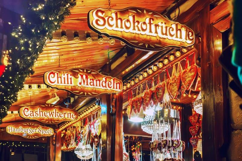 Venta de dulces tradicionales en el mercado alemán de la Navidad Hamburgo, Alemania fotografía de archivo libre de regalías
