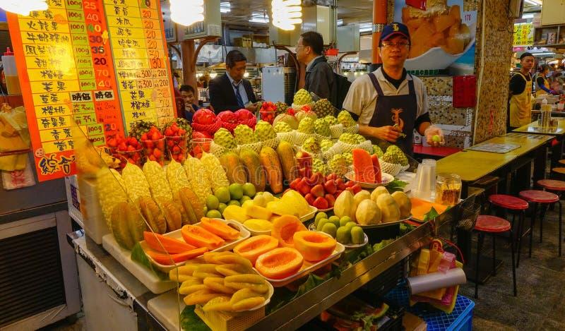 Venta de la comida en el mercado de la noche imágenes de archivo libres de regalías