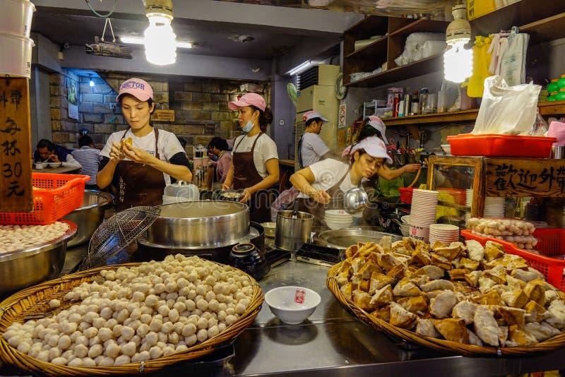 Venta de la comida en el mercado de la noche imagenes de archivo