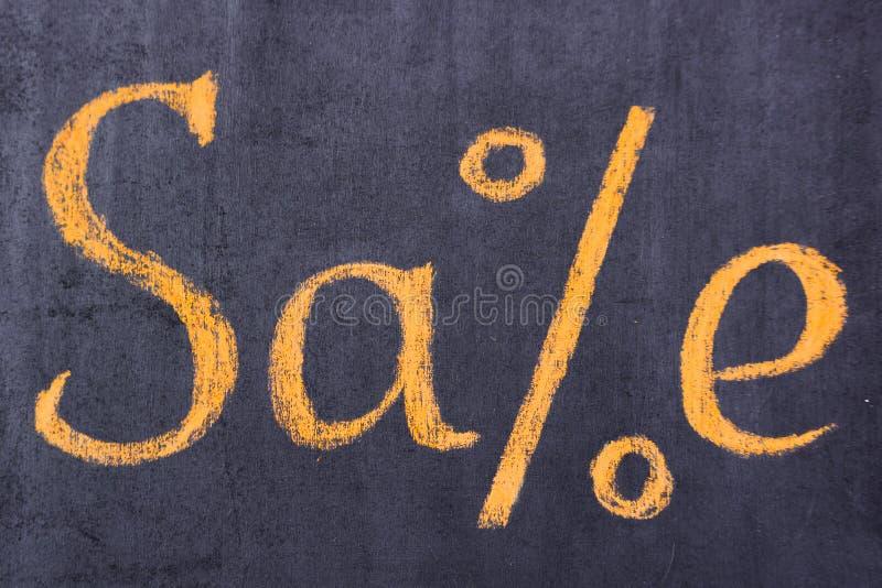 Venta de la inscripción en un letrero en la ventana de la tienda imagenes de archivo