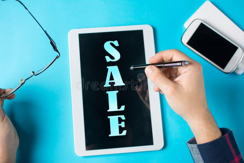 Venta de la palabra en un dispositivo de la tableta imágenes de archivo libres de regalías
