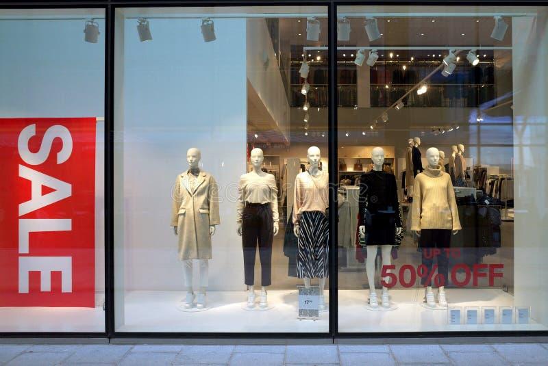 Venta de la ropa en H y M Store en Inglaterra imagenes de archivo