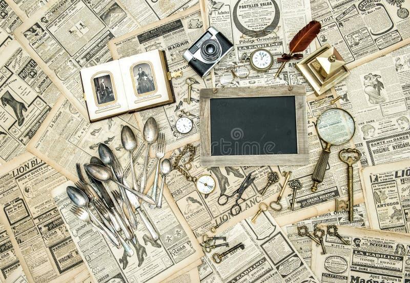 Venta de la segunda mano Mercancías antiguas del mercado de pulgas imágenes de archivo libres de regalías