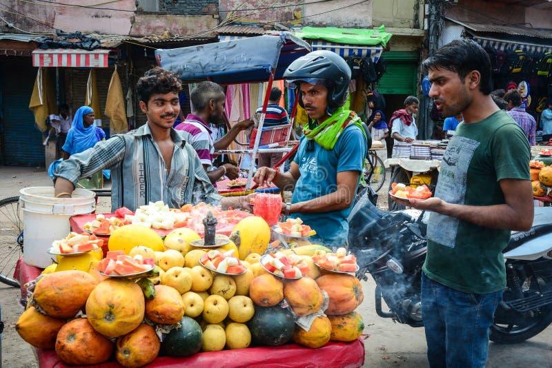 Venta de las frutas frescas en el mercado callejero en la India foto de archivo