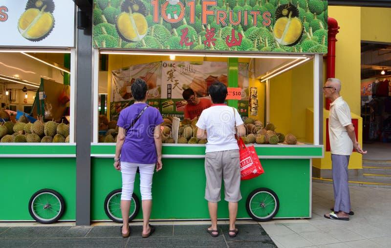 Venta de las frutas frescas en una parada imagen de archivo