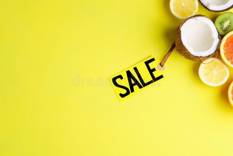 Venta de las vacaciones de verano, precio y frutas exóticas fotos de archivo