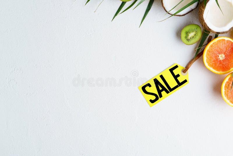 Venta de las vacaciones de verano, precio y frutas exóticas fotografía de archivo libre de regalías