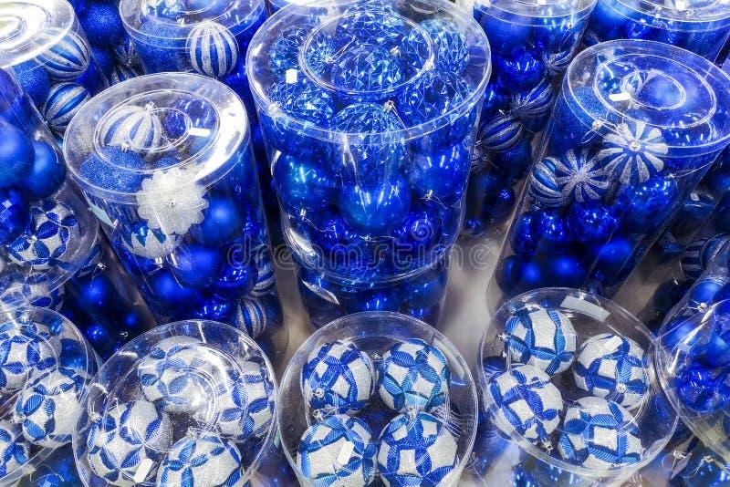 Venta de los juguetes de la Navidad en el supermercado Bolas de los colores azules para el árbol de navidad en los estantes del s fotografía de archivo