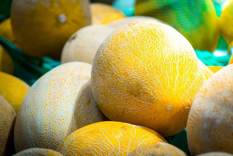 Venta de melones frescos en el mercado de la comida Foto del primer fotografía de archivo libre de regalías