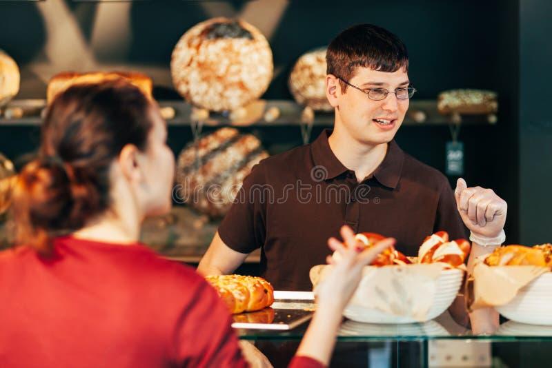 Venta del pan al cliente foto de archivo libre de regalías