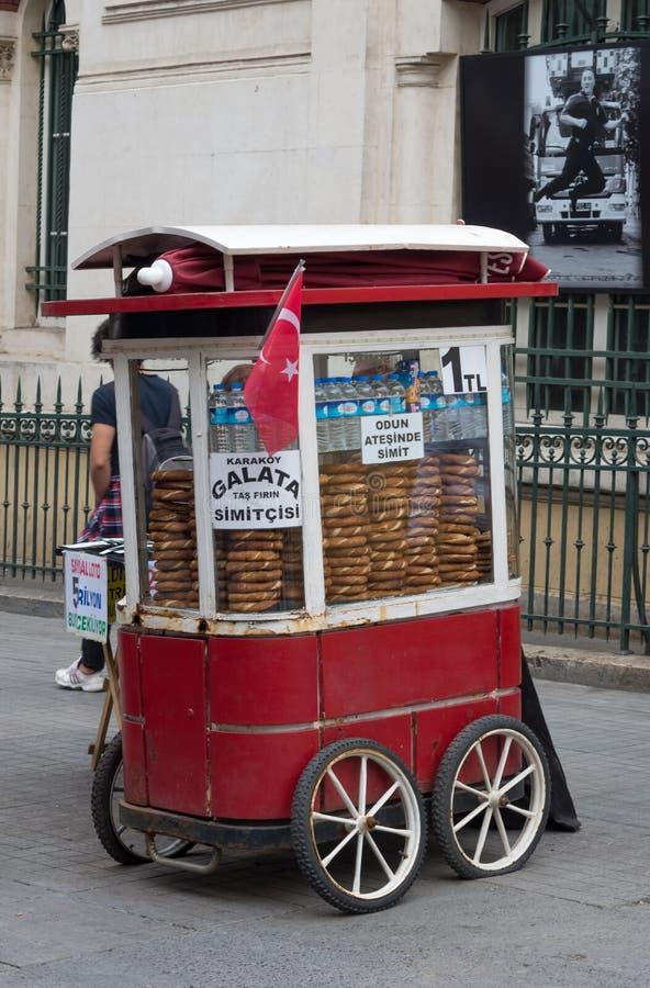 Venta del panecillo turco Simit en la calle en Estambul imagen de archivo libre de regalías