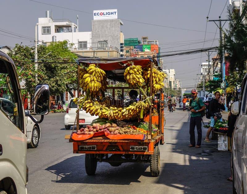 Venta del pl?tano en la calle en Rang?n, Myanmar imagenes de archivo