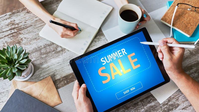 Venta del verano, oferta del precio bajo en la pantalla del dispositivo Concepto del comercio electr?nico y del m?rketing imágenes de archivo libres de regalías