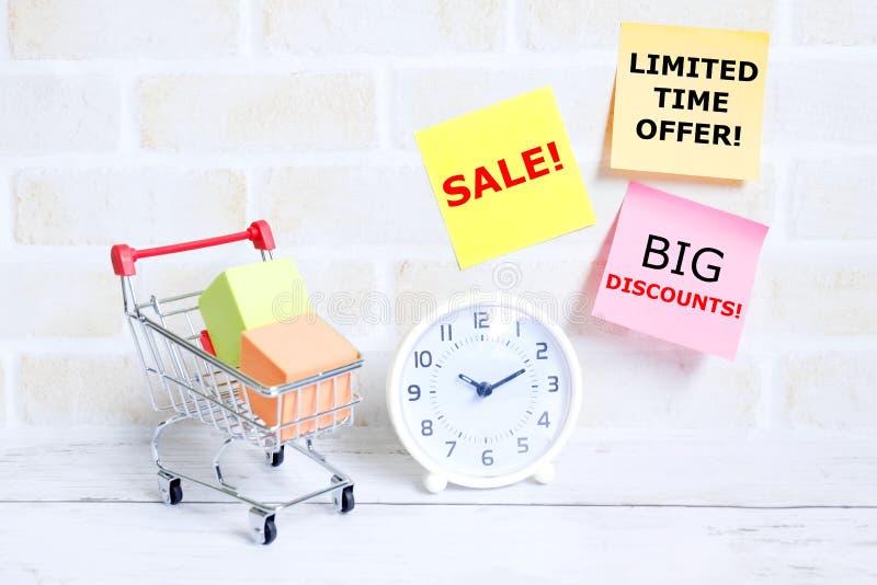 Venta, descuentos grandes, concepto de las compras de la oferta por tiempo limitado fotografía de archivo libre de regalías