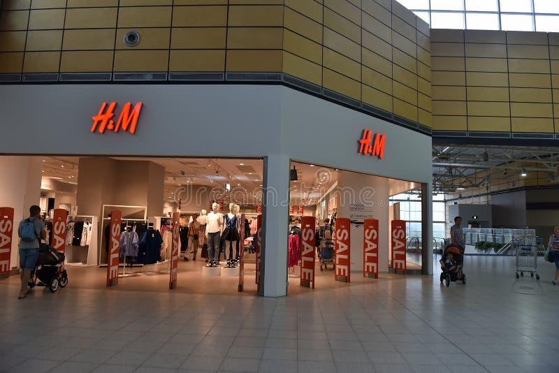 Venta en la tienda H&M imagen de archivo