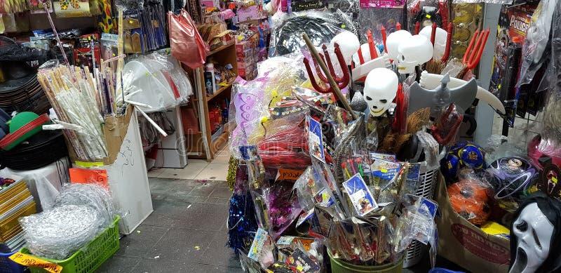 Venta en una tienda antes de la mascarada judía del purim foto de archivo