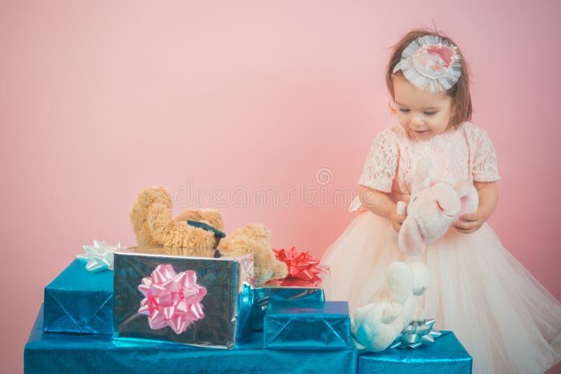 venta grande en alameda de compras Feliz cumpleaños Partido del Año Nuevo Niñez feliz de la niña Compras del niño Regalo de la Na foto de archivo