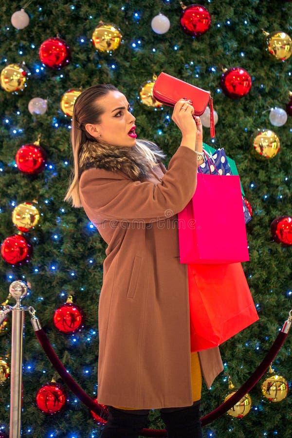 Venta grande - muchacha no más de dinero para las compras de la Navidad en un mercado fotografía de archivo libre de regalías
