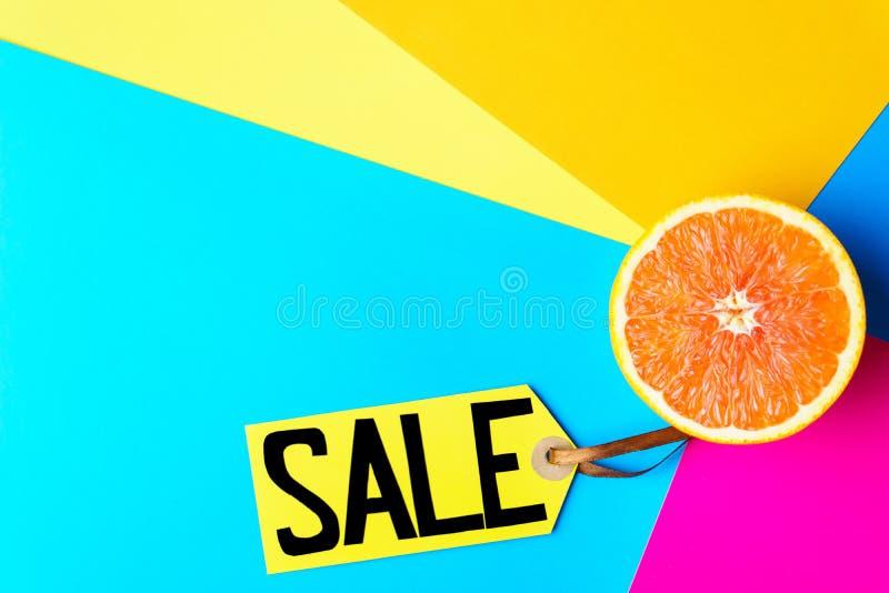 Venta, precio y mitad de las vacaciones de verano de la naranja imágenes de archivo libres de regalías