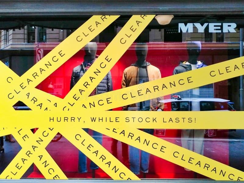 Venta y liquidación, Sydney, Australia de la tienda de ropa foto de archivo
