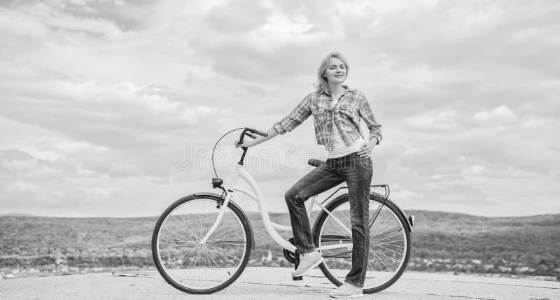 Ventajas de completar un ciclo cada día Bicicleta del crucero del paseo de la muchacha Subsidios por enfermedad del ciclo Razones fotos de archivo libres de regalías