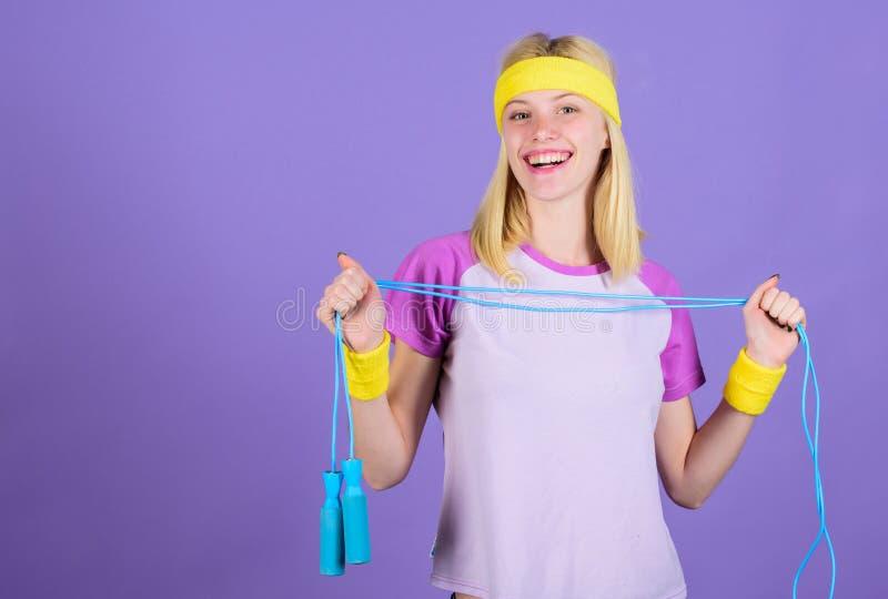 Ventajas de salto del ejercicio Acercamiento apropiado para perder el peso La cuerda de salto es hornilla de la gran caloría Cuer imagen de archivo libre de regalías