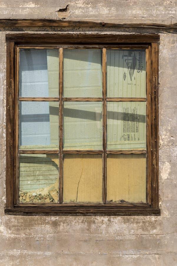 Ventana abandonada del edificio de la oficina de correos en el coto del Mojave del depósito de Kelso fotografía de archivo