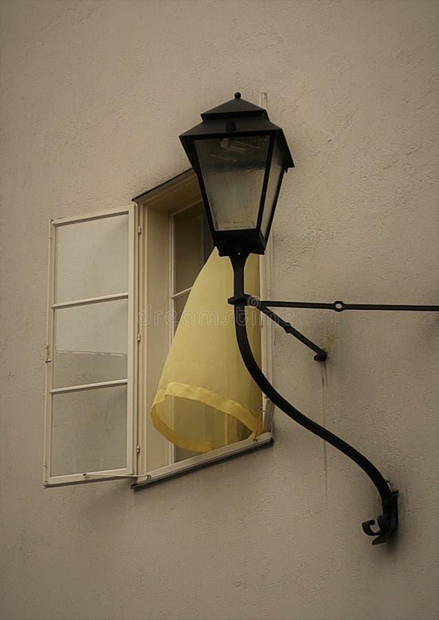 Ventana abierta La cortina amarilla imagenes de archivo