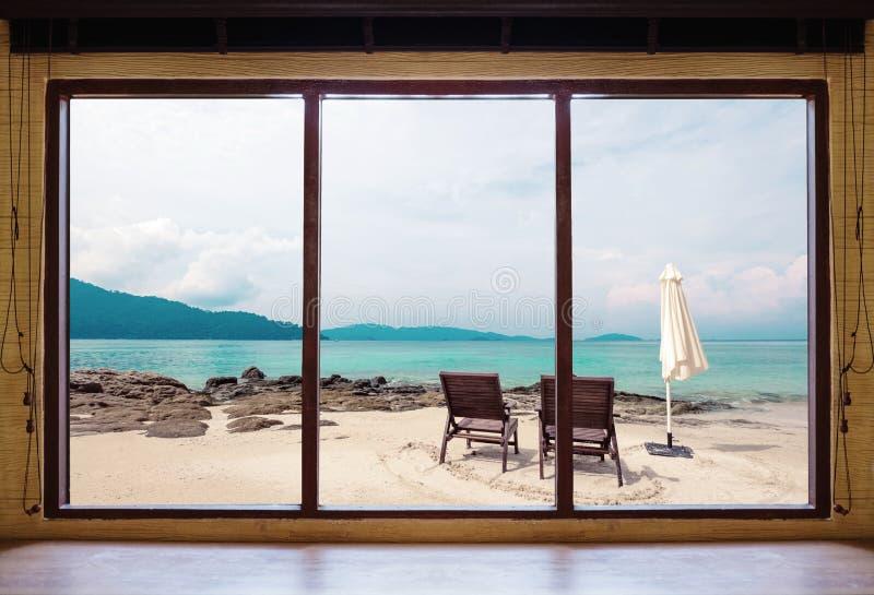 Ventana abierta que ve la opinión tropical de la playa en vacaciones de verano en la casa y el centro turístico del fin de semana foto de archivo libre de regalías
